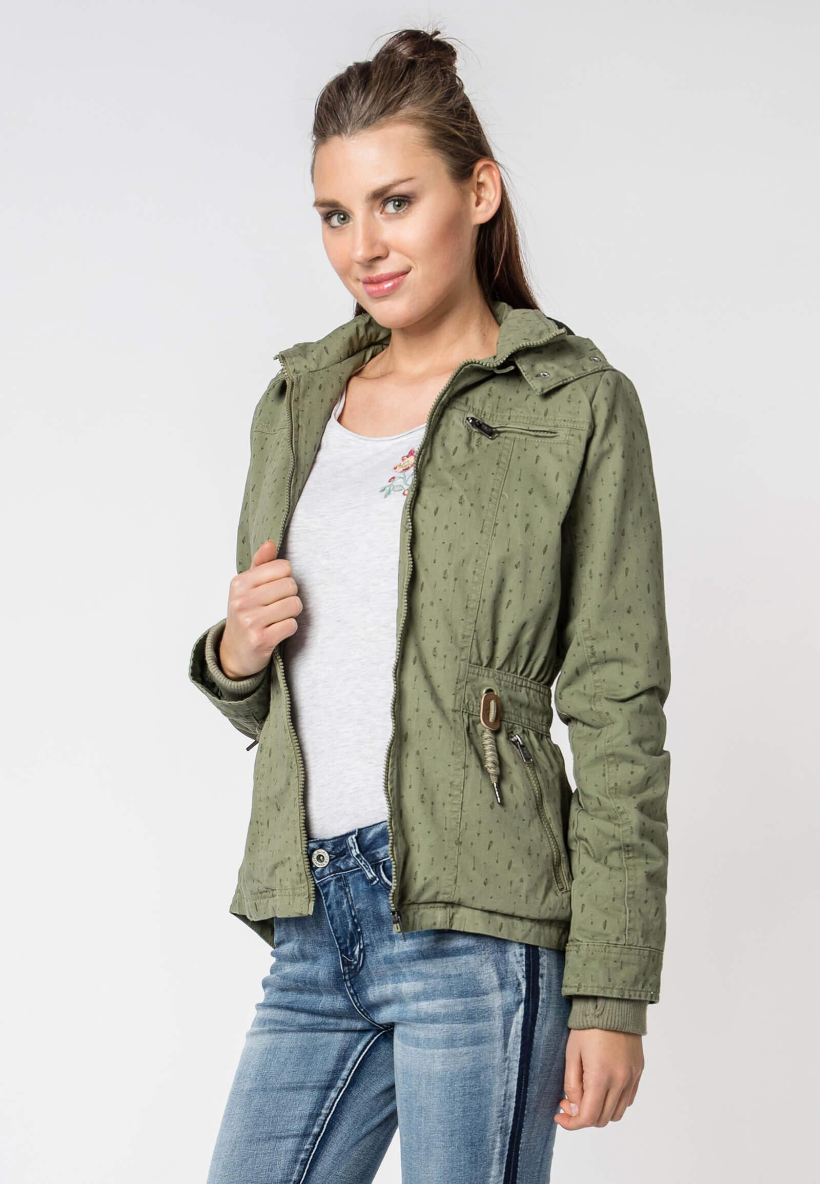 Damen Outfit mit grüner Jacke