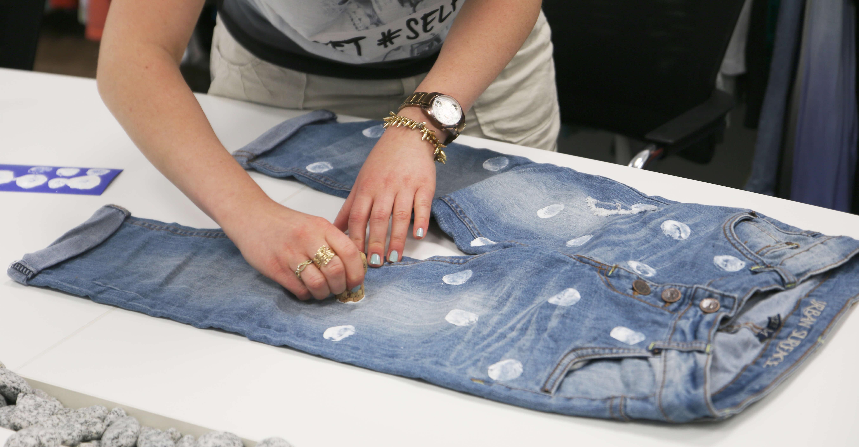 diy jeans mit punkten fashion5 blog. Black Bedroom Furniture Sets. Home Design Ideas
