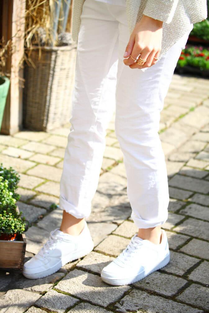 Weiße Hose und Weiße Schuhe
