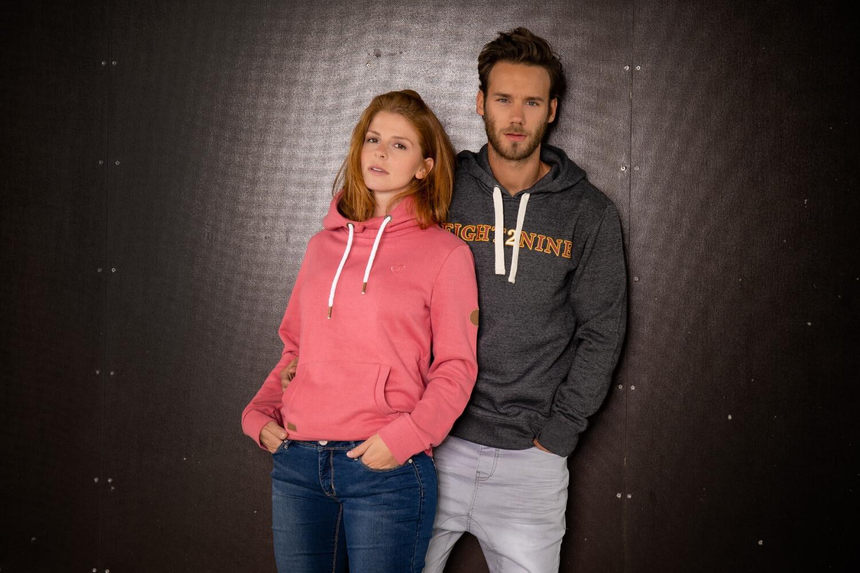 Frau und Mann in Hoodie