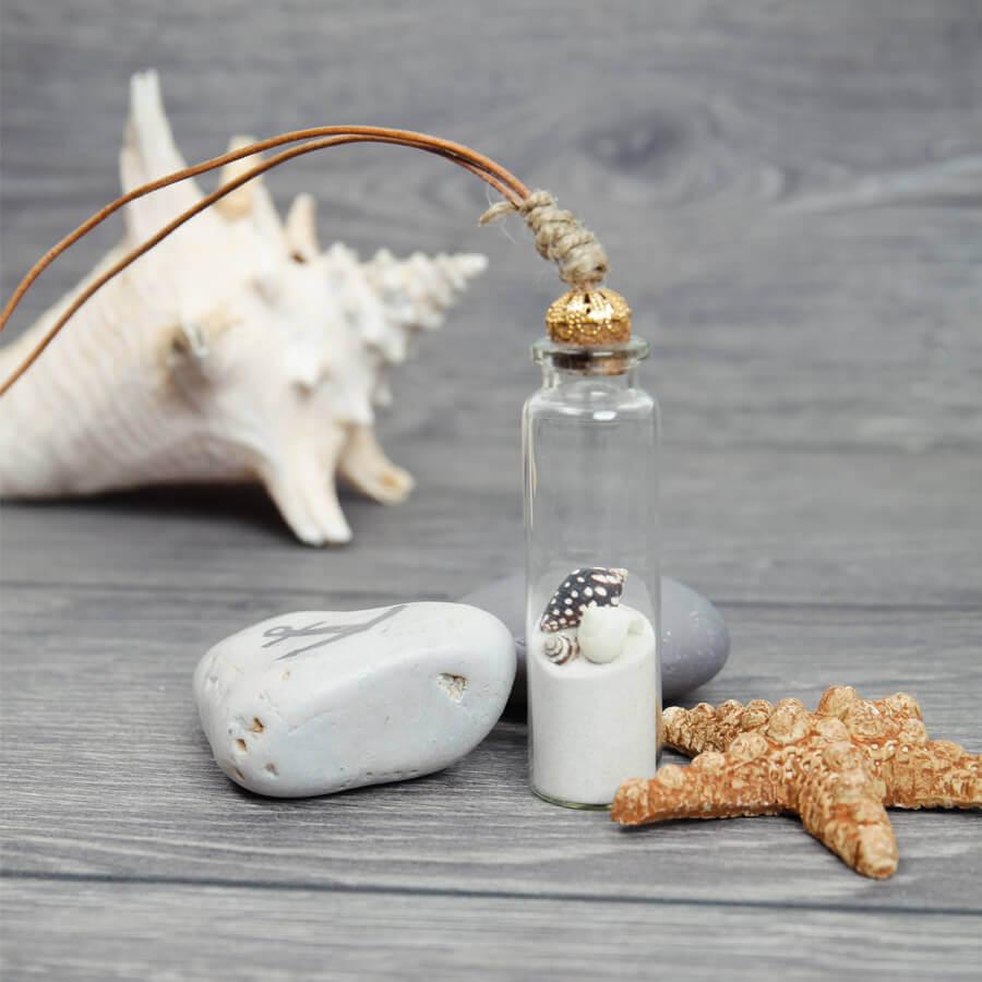 Kette mit Muscheln und Sand