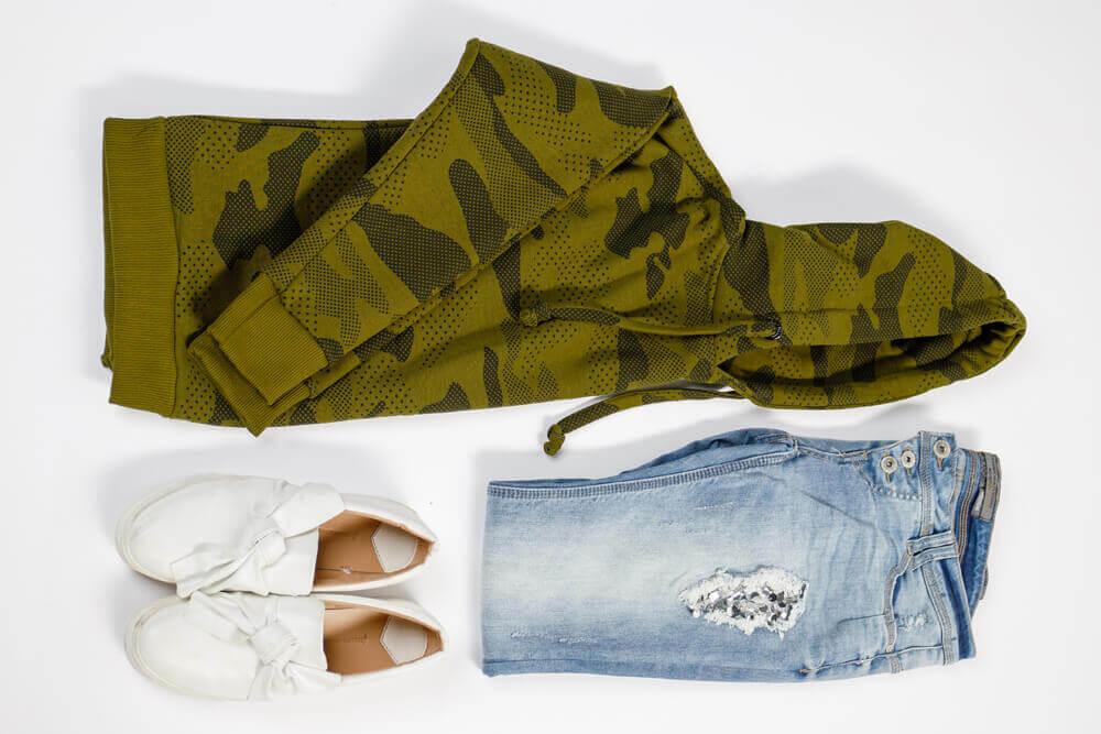 Hoodie, Jeans und Schuhe