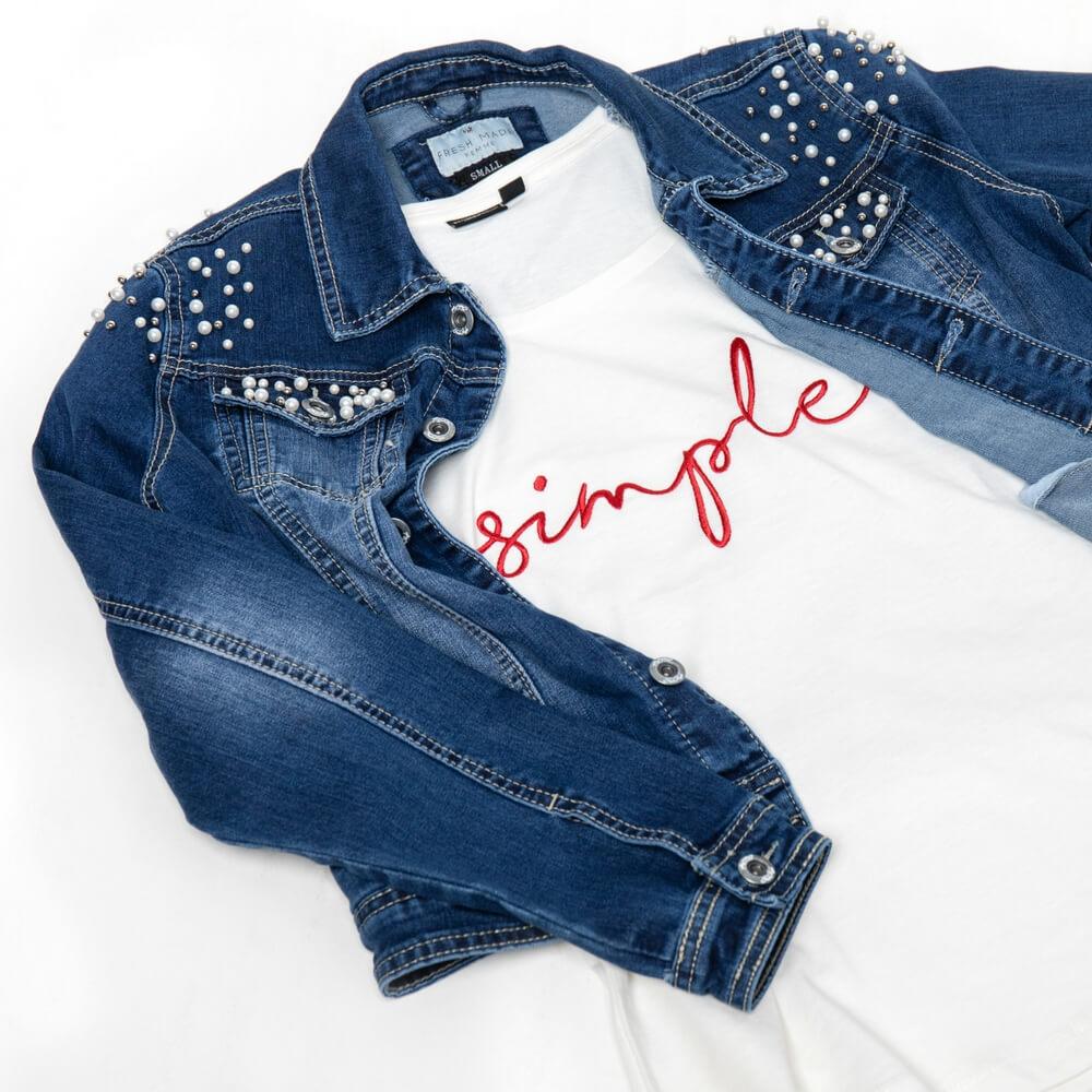 T-Shirt und Jeans-Jacke mit Perlen