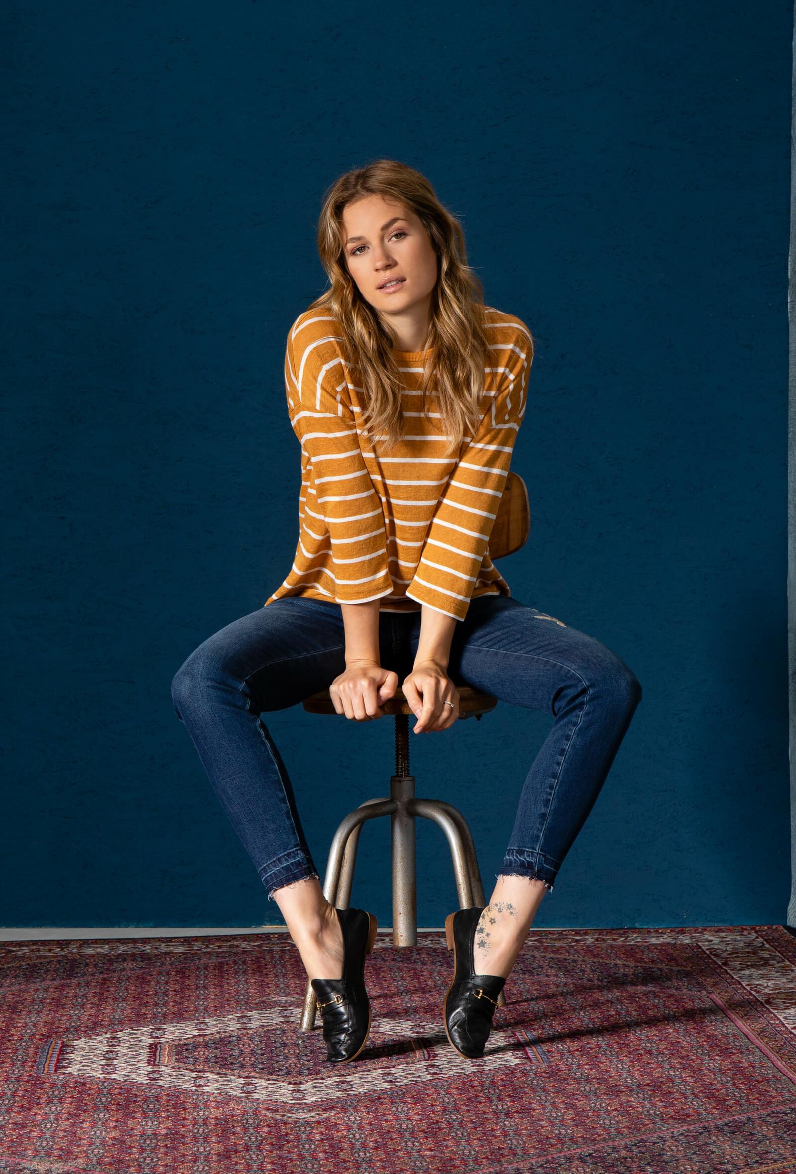 Look mit gestreiftem Longsleeve und Jeans