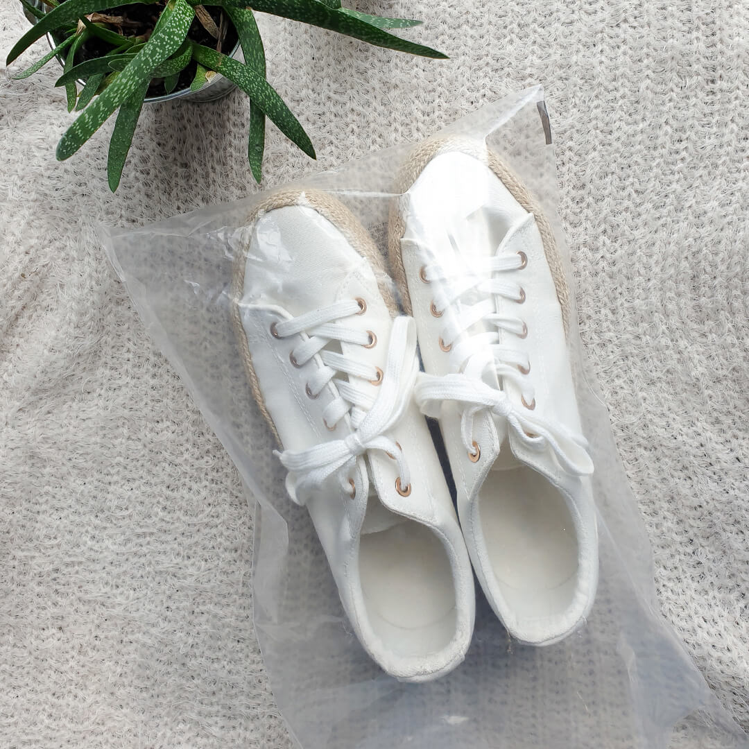 Schuhe im Plastikbeutel